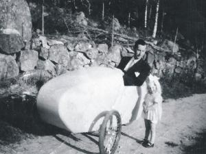 Karl-Erik i sin egenkonstruerade cykelbil med 147cc Villiers motorcykelmotor 1946